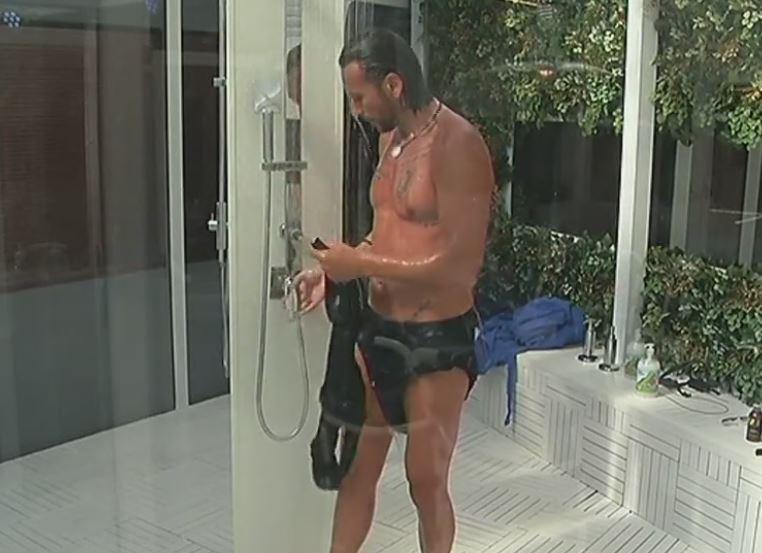 Costantino, la prima doccia al Grande Fratello Vip