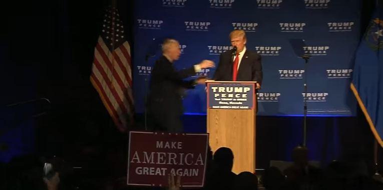Donald Trump trascinato via dal palco dalla sicurezza