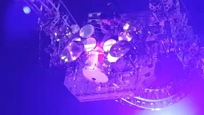 Mötley Crüe, Tommy Lee rimane sospeso durante il concerto d addio