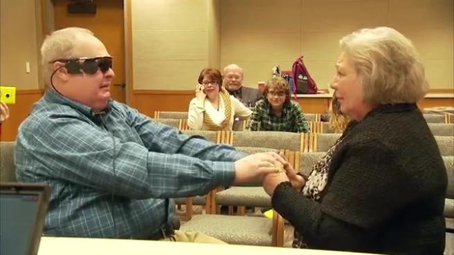 Usa, dopo 10 anni di buio 68enne riacquista la vista grazie a un occhio bionico