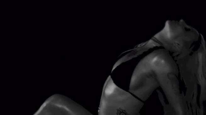 Britney Spears, balli proibiti sul web: la popstar provoca con movenze sexy in bikini