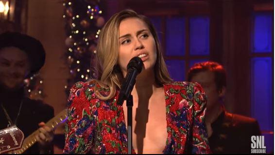 Miley Cyrus, seno in libertà sul palco