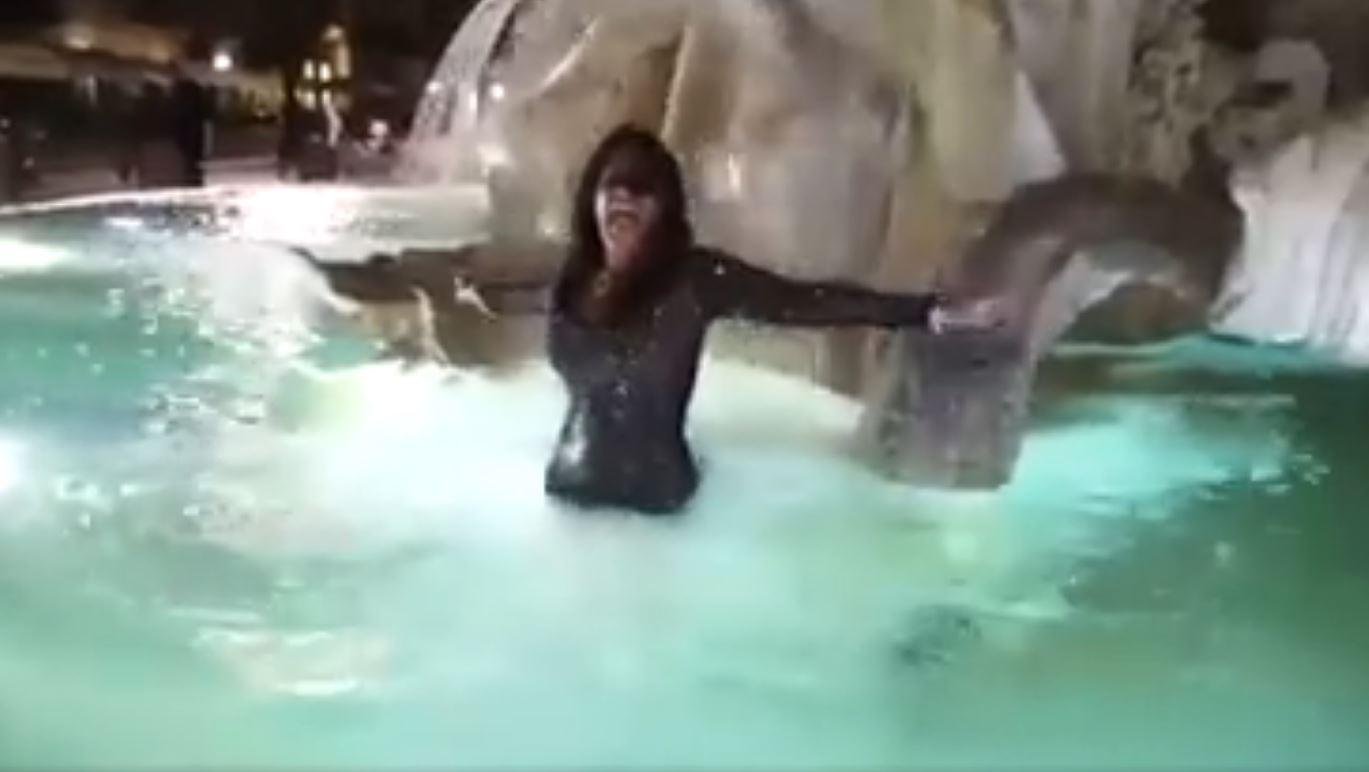 Aida Nizar ci  casca  di nuovo, rieccola in una fontana romana: stavolta in Piazza Navona