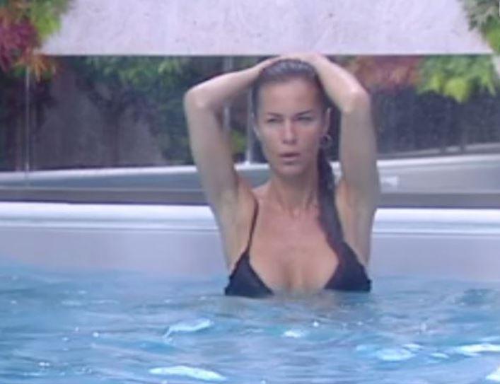 Antonella Mosetti, nuotata sensuale al Grande Fratello Vip