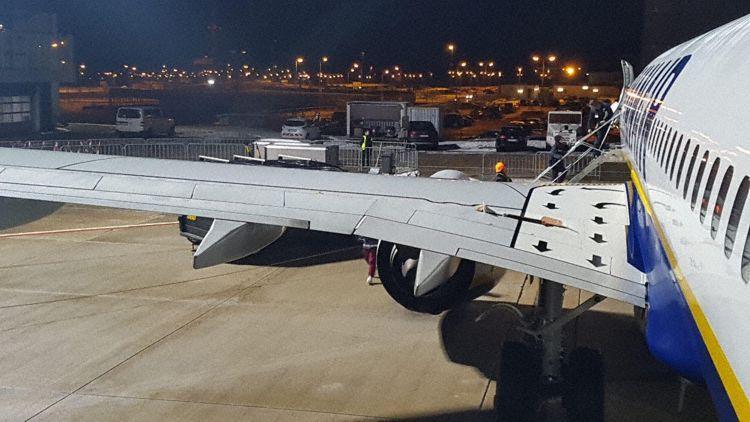 Ryanair, squarcio su un ala dell aereo: atterraggio di emergenza