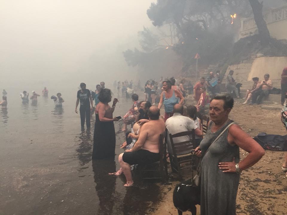 Grecia, violenti incendi nei dintorni di Atene: le foto scattate dai turisti in fuga