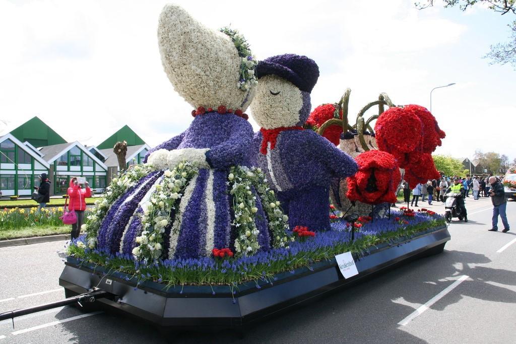 Olanda: fiori in parata tra le strade e nei canali