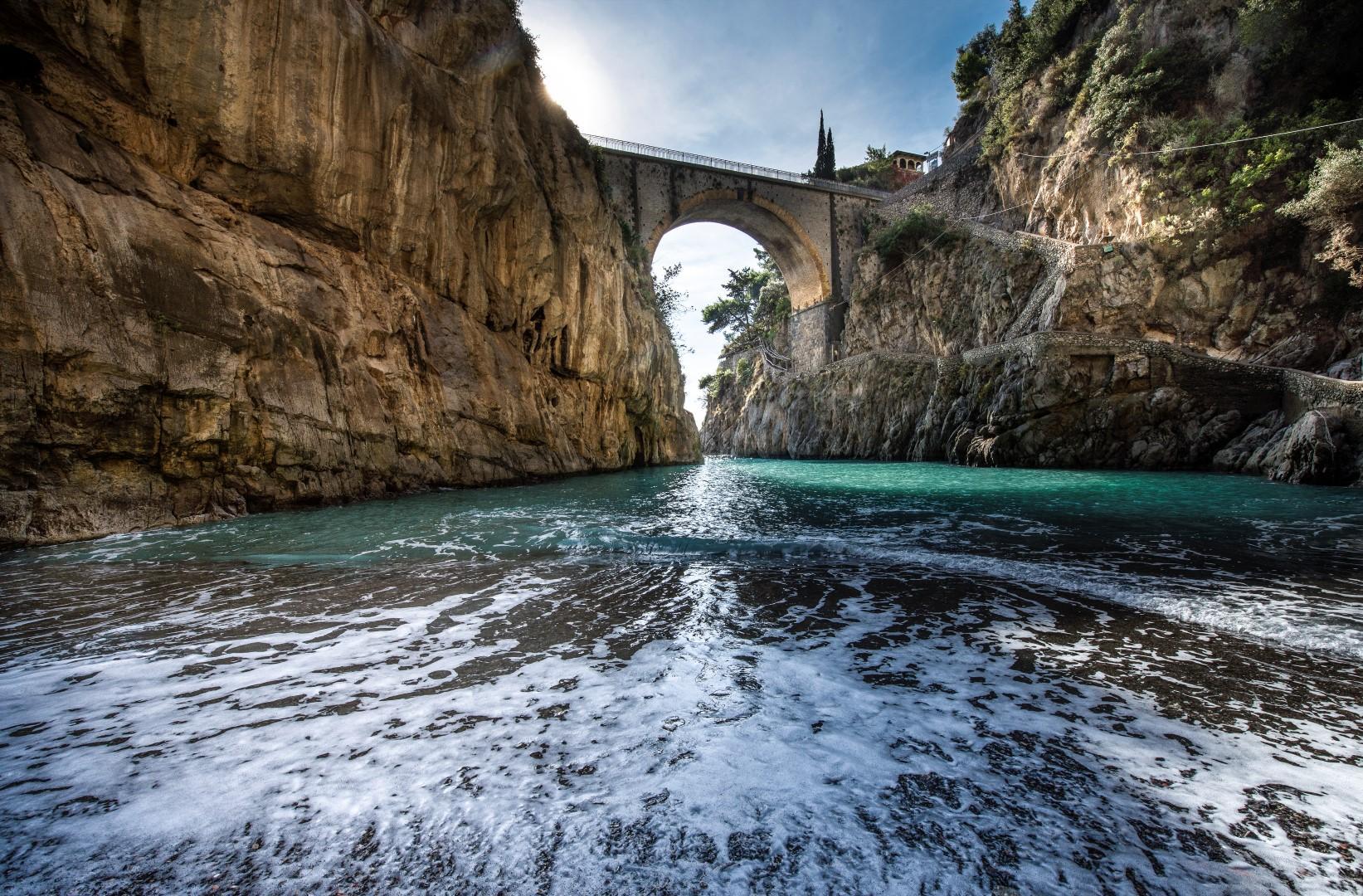 Murales, passeggiate romantiche e trekking a Furore