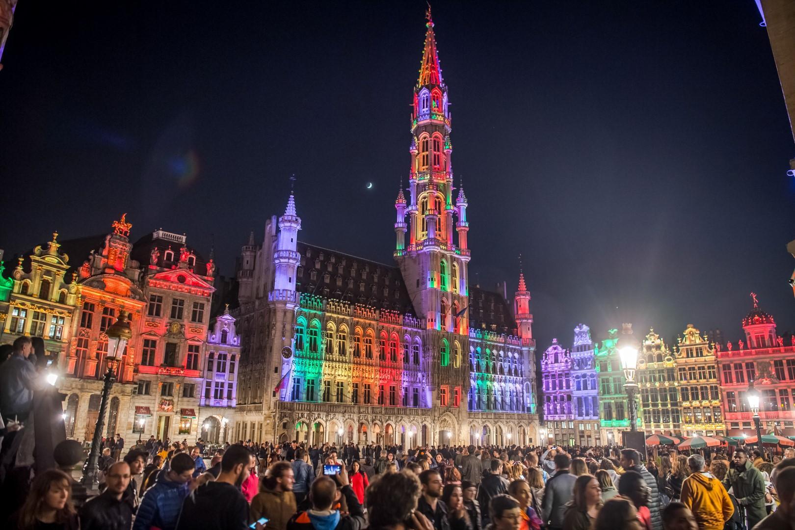 Bruxelles: fiumi di luce illuminano San Valentino