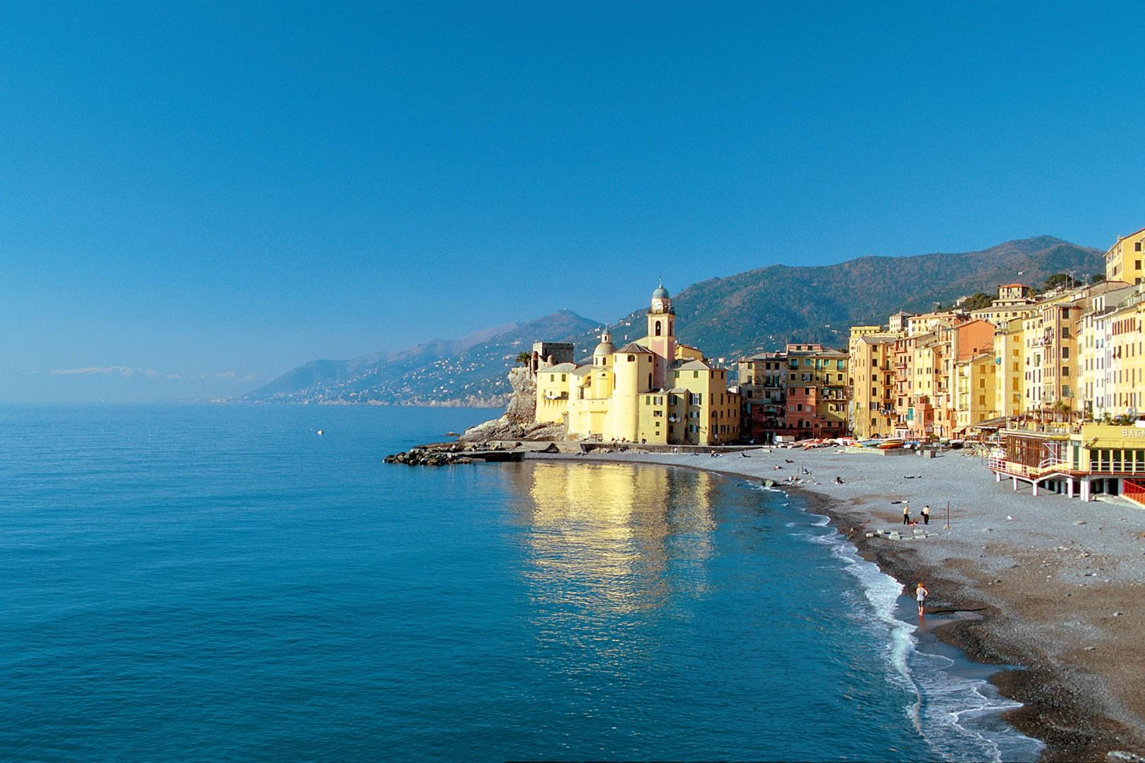 Liguria da record tra bandiere blu, balene e windsurf