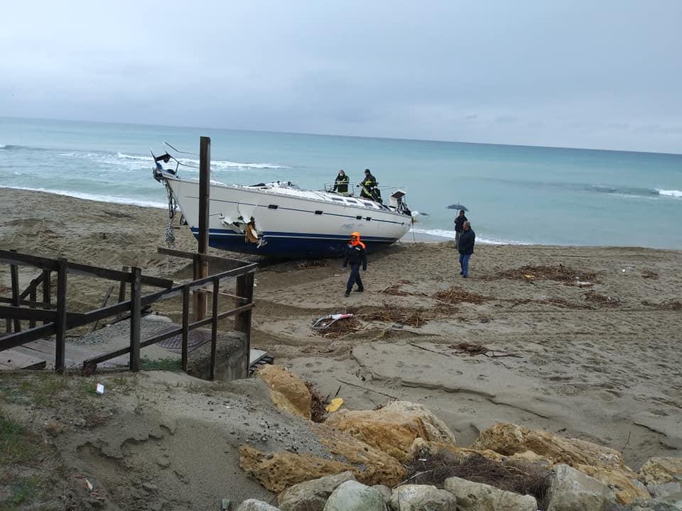 Crotone, barca si incaglia: 51 migranti soccorsi dalla popolazione