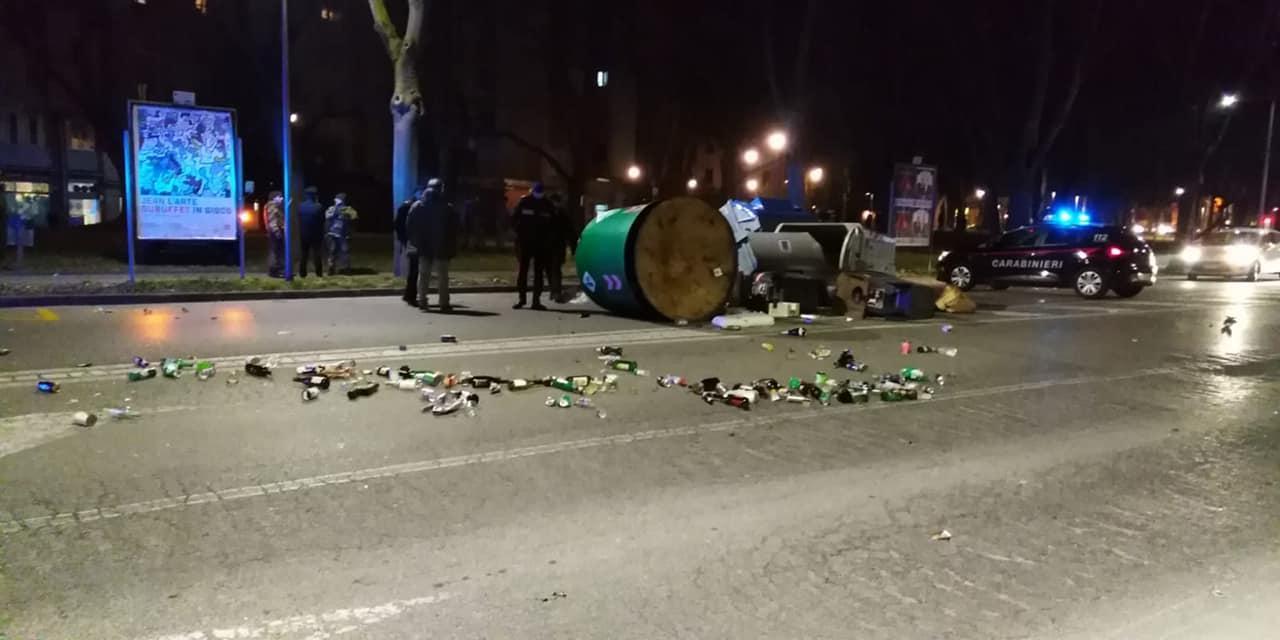 Ferrara, protesta di migranti in strada: cassonetti rovesciati e vetri a terra