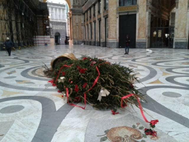 Napoli, abbattuto per la terza volta l albero di Natale della Galleria Umberto