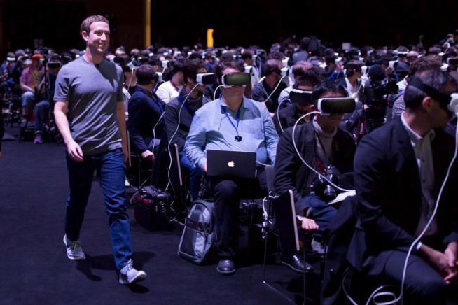 Zuckerberg scommette sulla realtà virtuale Ma la platea con i visori è inquietante