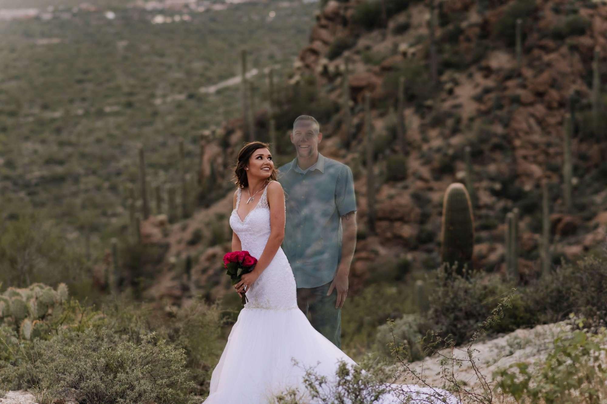 Usa, il fidanzato muore in un incidente: lei posa in foto con il suo ologramma