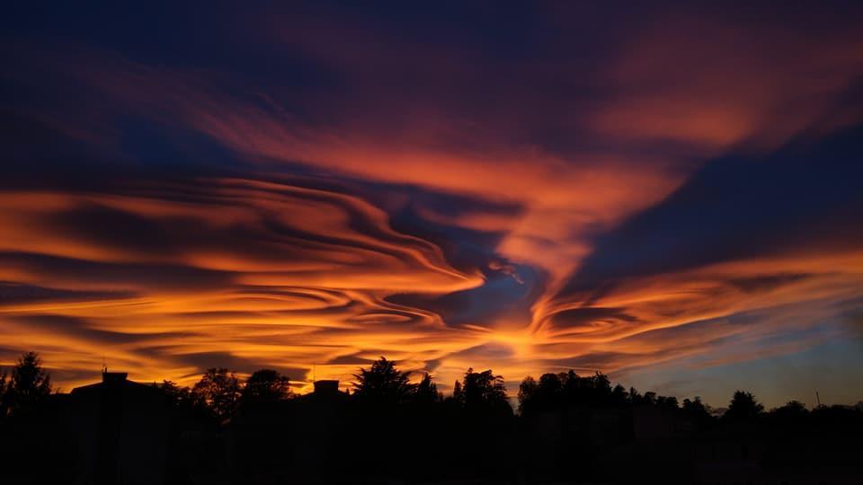 Milano, il tramonto infuocato è un quadro da sogno