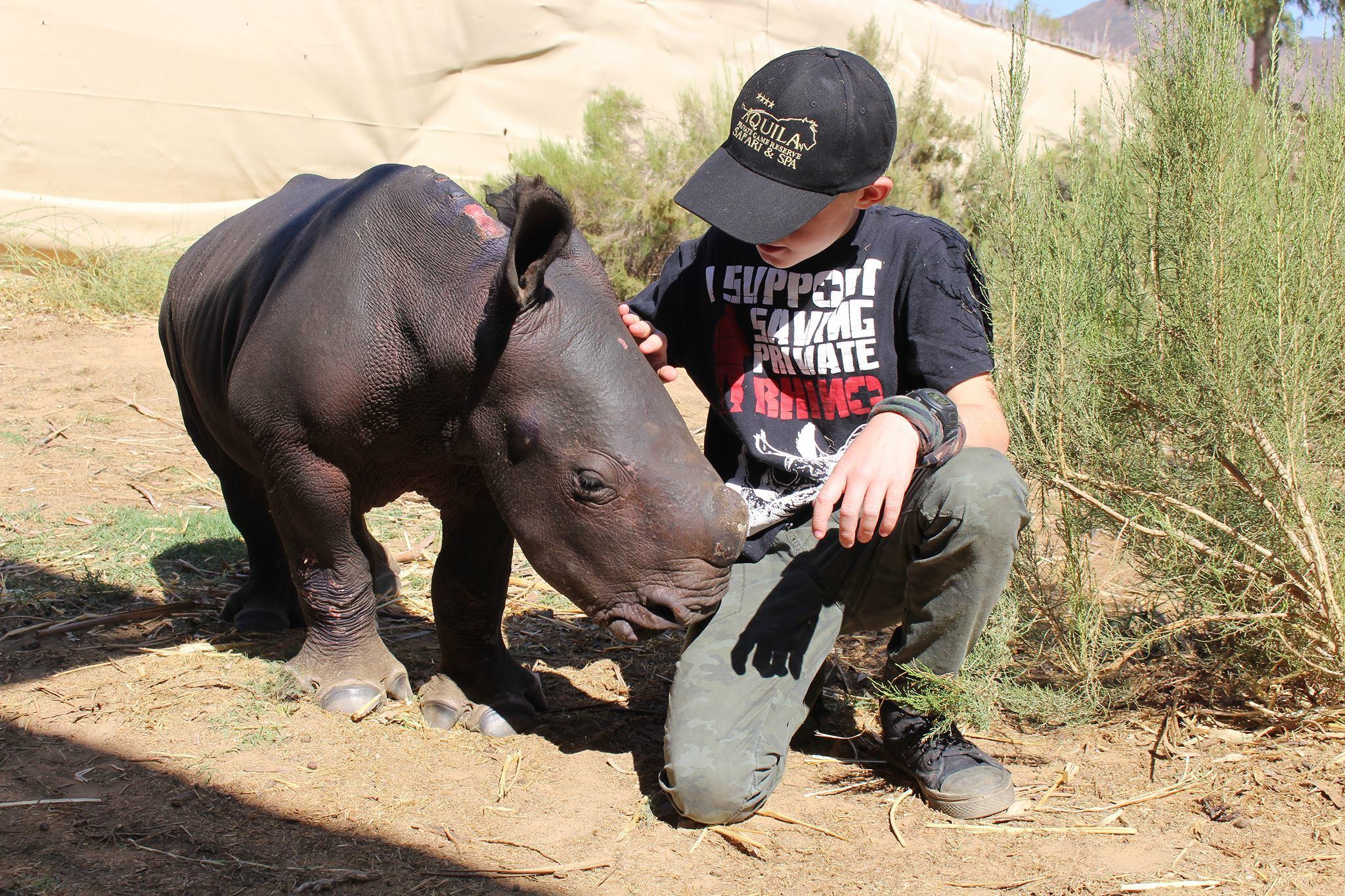 Hunter, il bimbo che salva i cuccioli di rinoceronte rimasti orfani