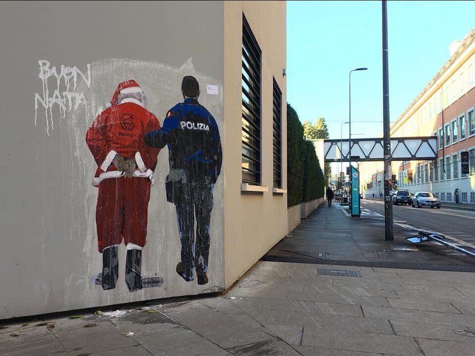Babbo Natale ammanettato dalla Polizia | Street Art zona Mudec Milano