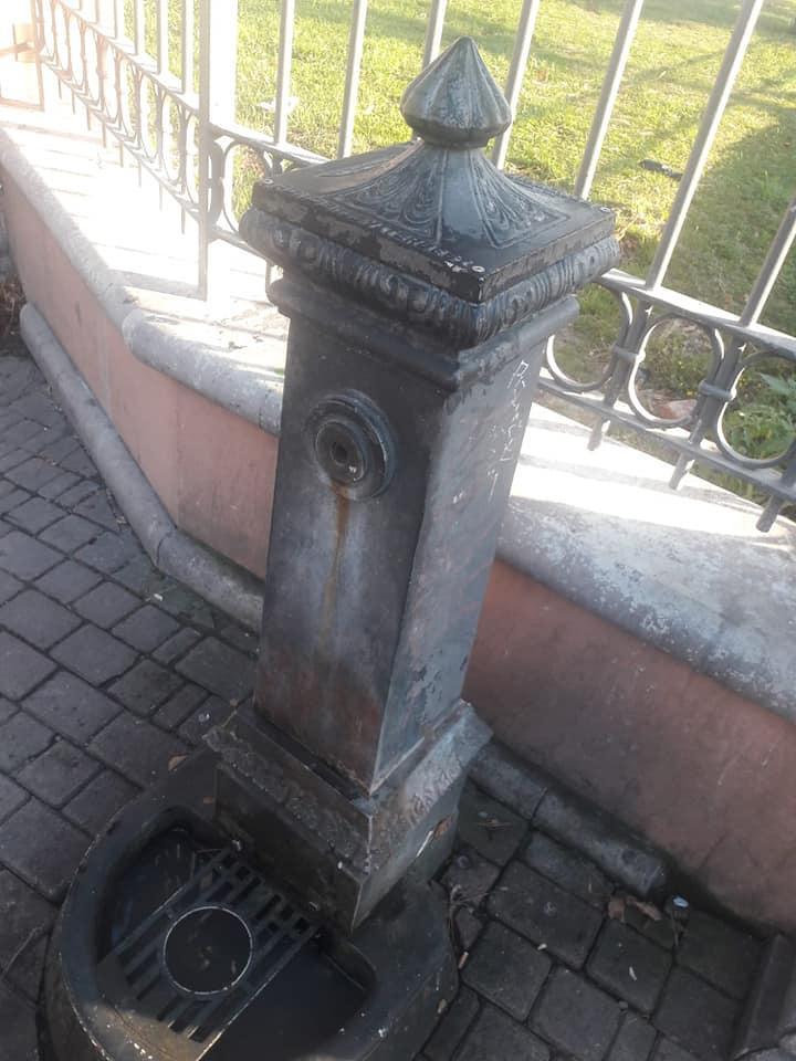 Ventimiglia, sindaco sposta fontana usata da migranti e clochard per lavarsi: è polemica