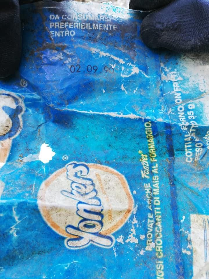 Elba pulita, volontari raccolgono rifiuti vecchi di trent anni