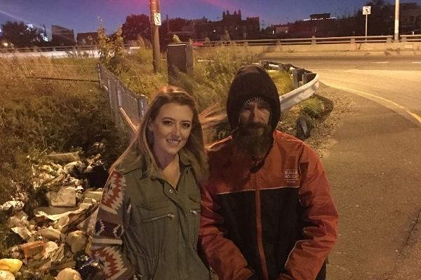 Usa, un senzatetto le dona i suoi ultimi soldi e lei raccoglie per lui quasi 300mila dollari
