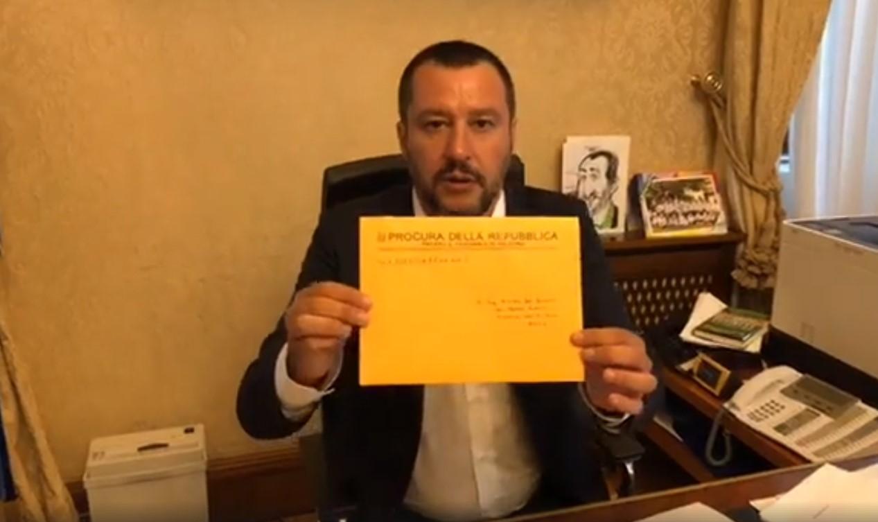 Salvini apre in diretta Facebook l'avviso di garanzia