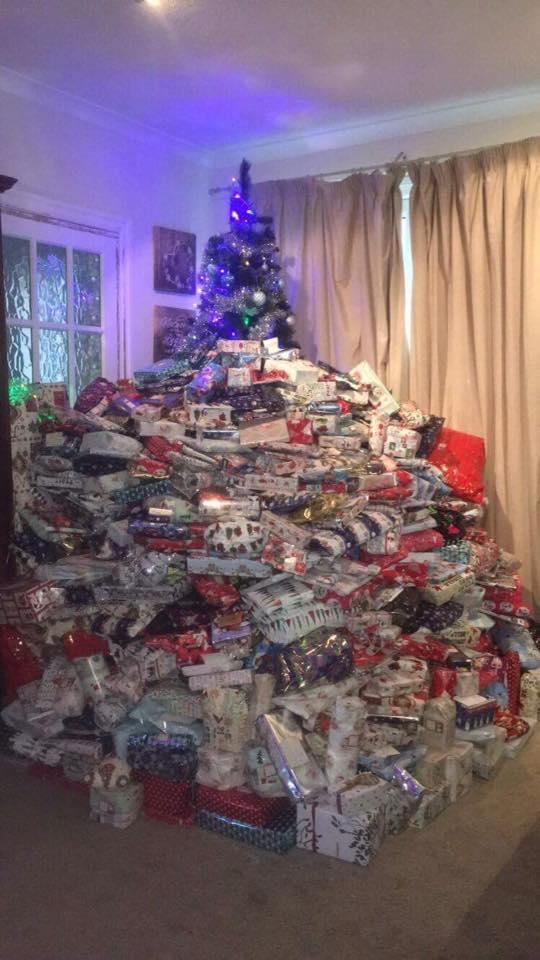 Regali Di Natale X Mamma.Quando La Mamma Esagera Per Natale Piu Di 300 Regali Ai Suoi Tre