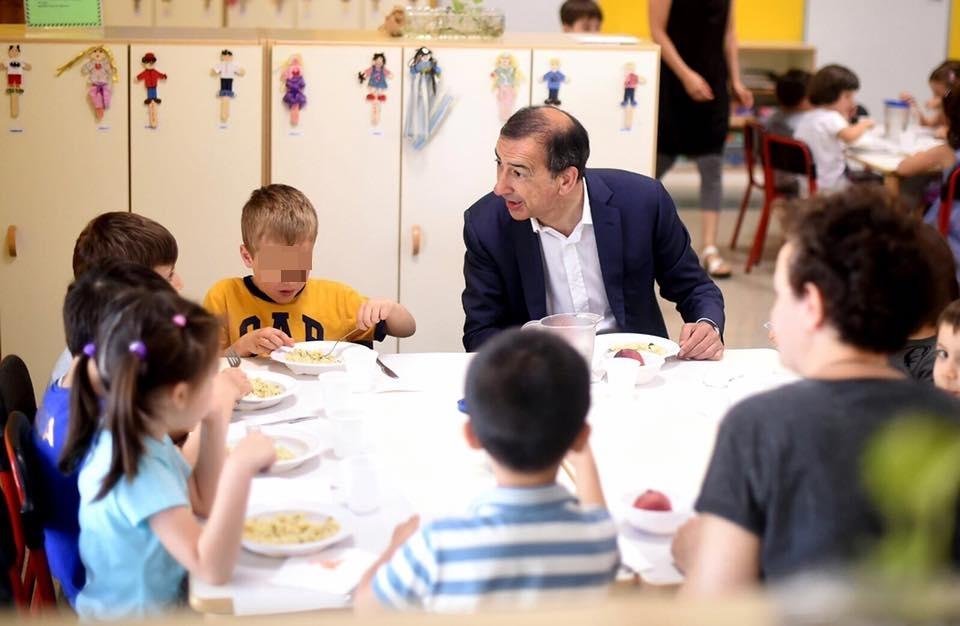 Beppe Sala a pranzo con i bambini di un asilo