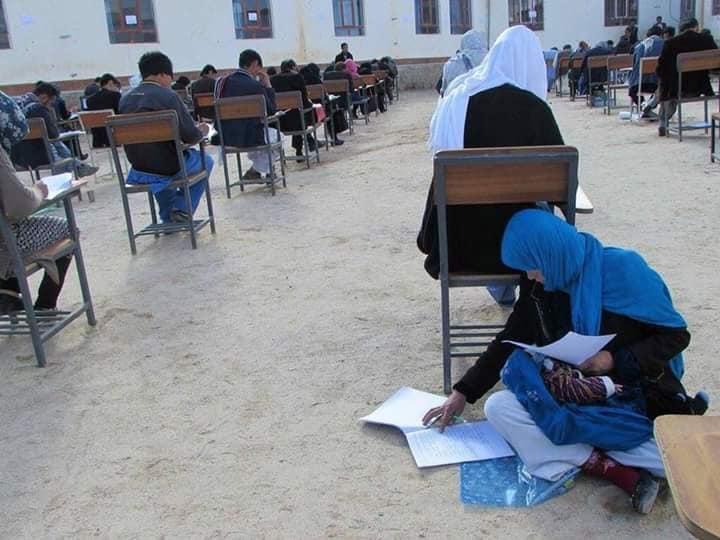 All esame universitario con il bebè: la foto simbolo della mamma afghana