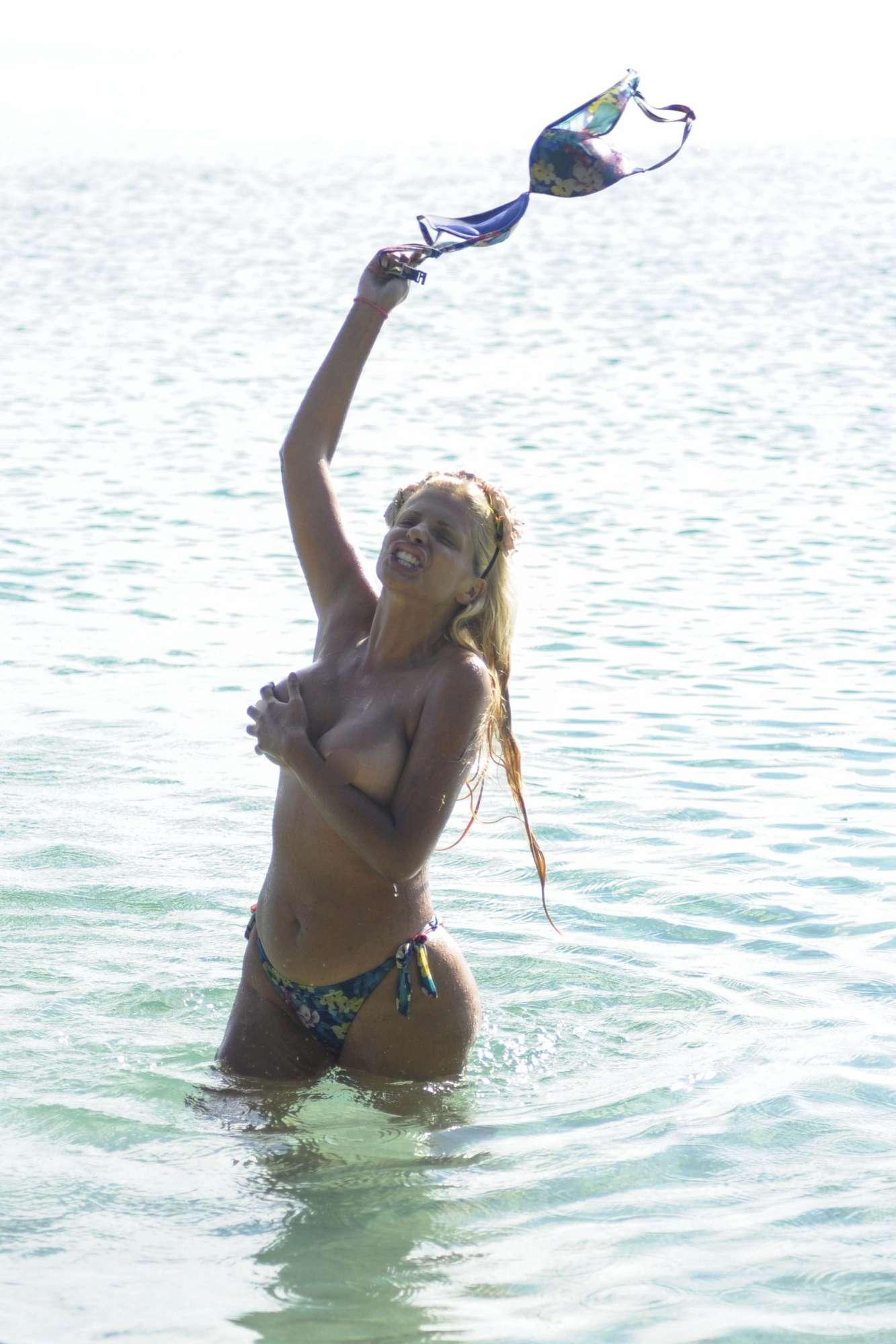 Isola dei Famosi , striptease hot per Francesca Cipriani