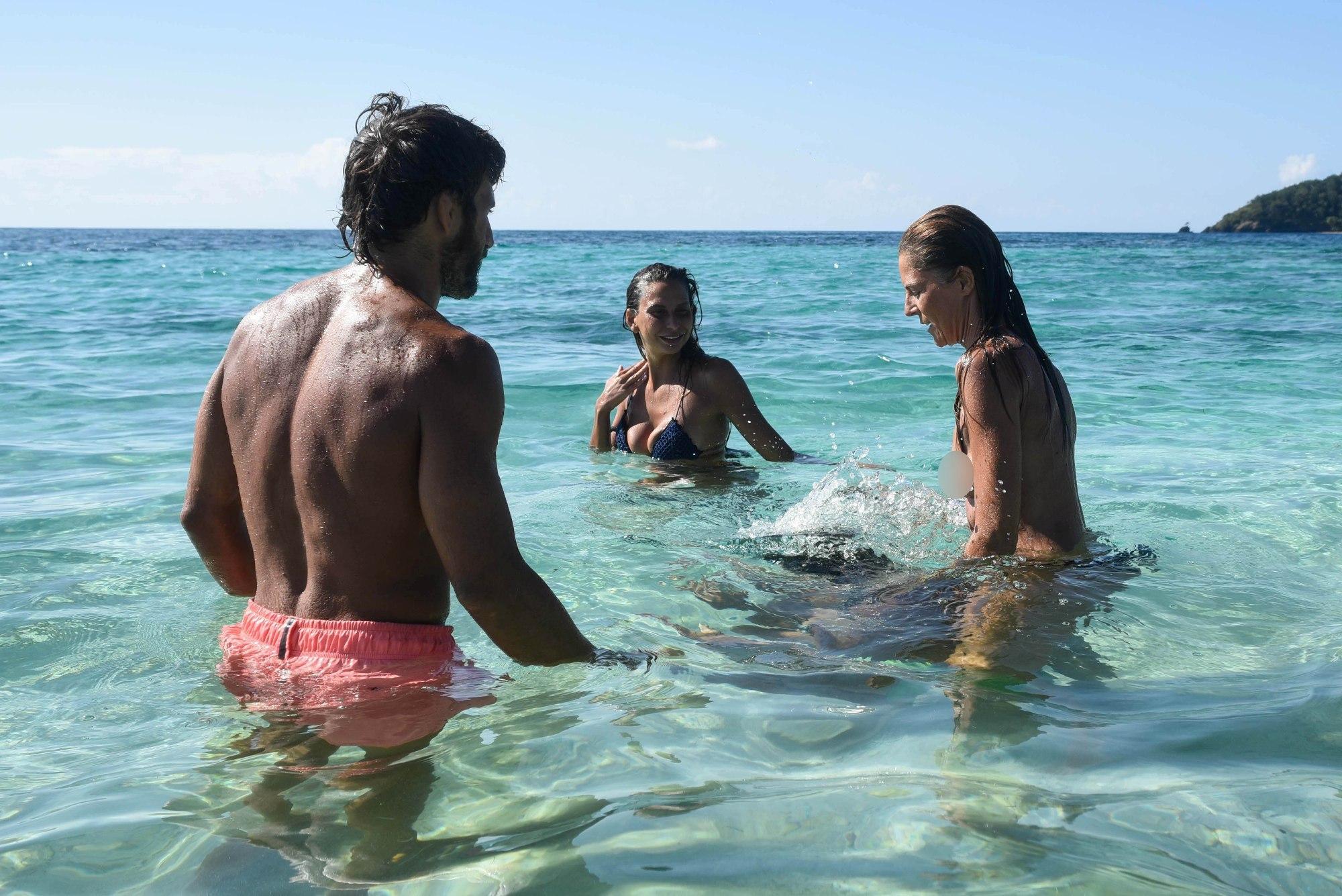 Isola dei famosi, contro Sarah Marina perde la  lotta  in mare e... il reggiseno