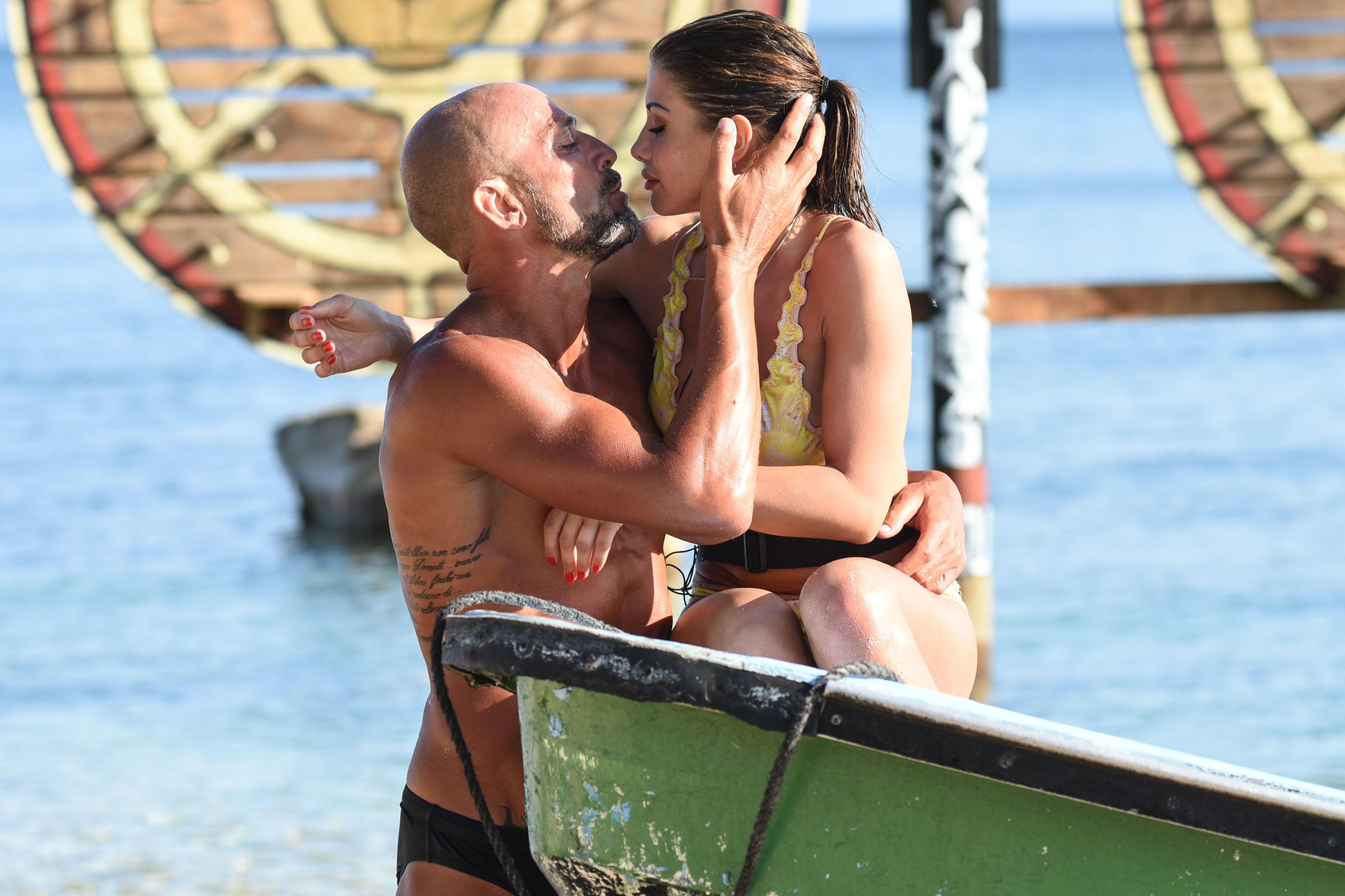 Isola dei famosi , incontro tra Stefano Bettarini e Nicoletta Larini tra baci e lacrime