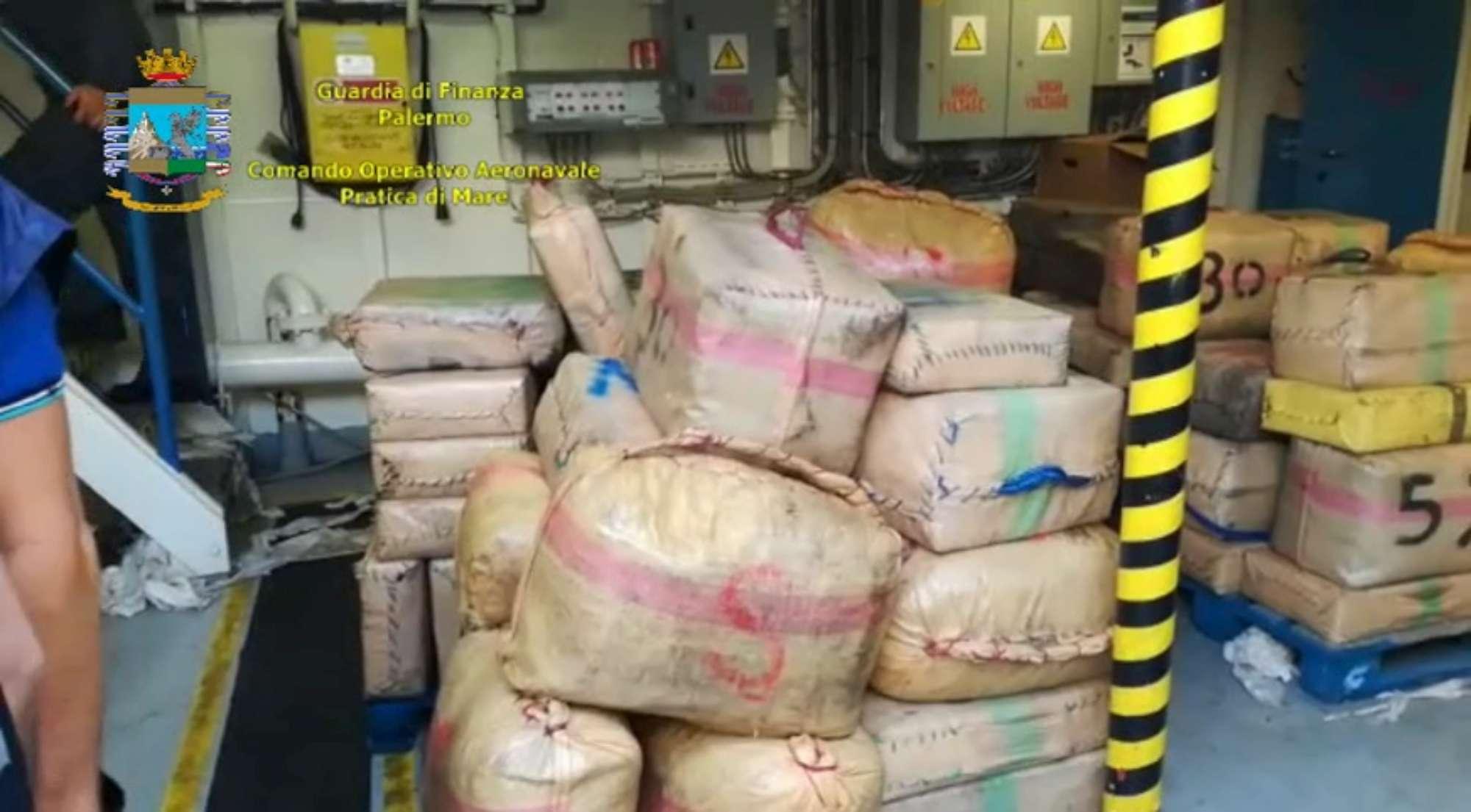 Palermo, sequestrata una nave con 20 tonnellate di hashish
