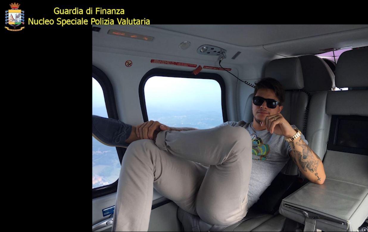 Auto di lusso e jet privato: la bella vita di Alex Fodde, il sedicente broker arrestato per truffa