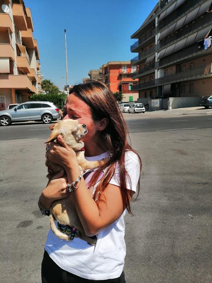Le lacrime di gioia della padrona che riabbraccia il suo cane sparito otto anni fa