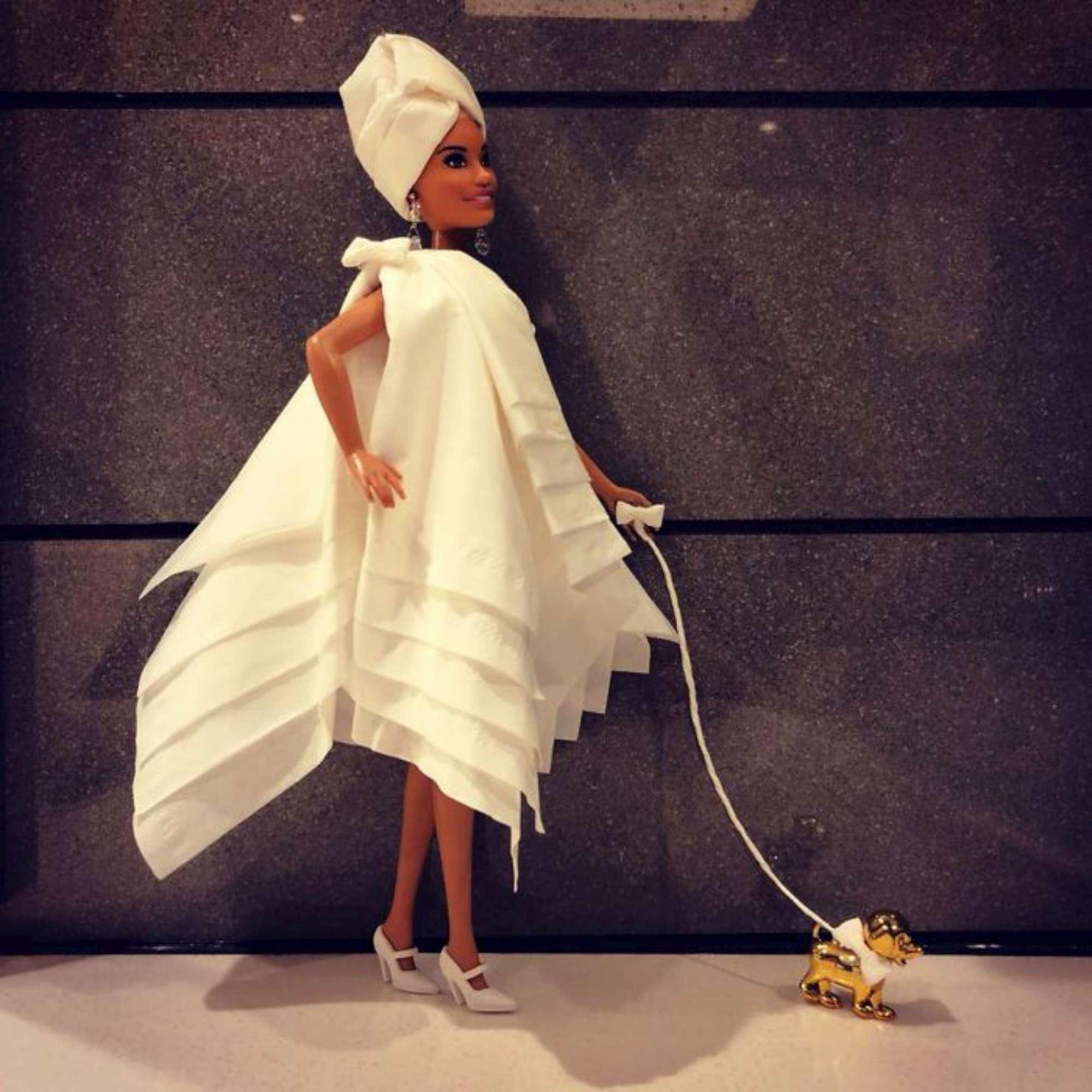 Il collezionista di Barbie rifà il guardaroba alle bambole (con la carta igienica)