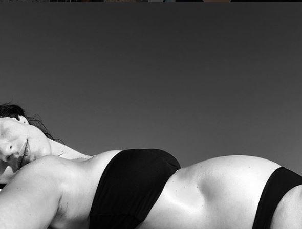 Giulia Bevilacqua col pancione nudo poco prima del parto