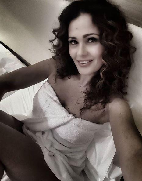 Samantha De Grenet fa sognare i fan: addosso solo un asciugamano