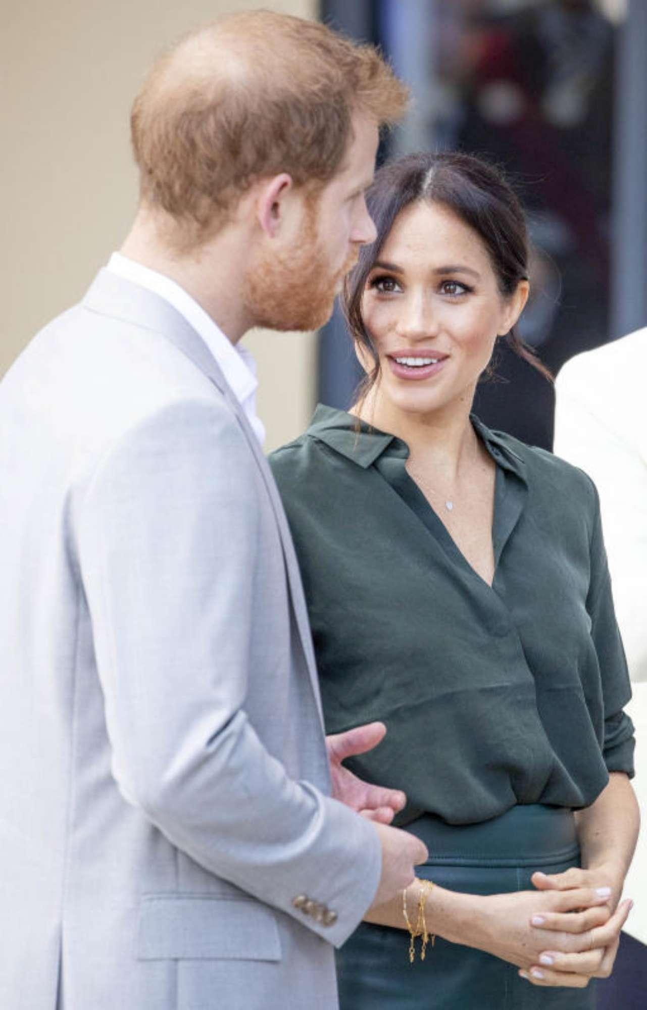 Meghan e Harry, duchi dagli occhi dolci: guardali mano nella mano nel Sussex