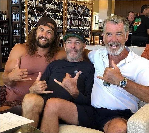 Partita a golf e cena: l incontro amichevole tra Pierce Brosnan e Jason Momoa in uno scatto social
