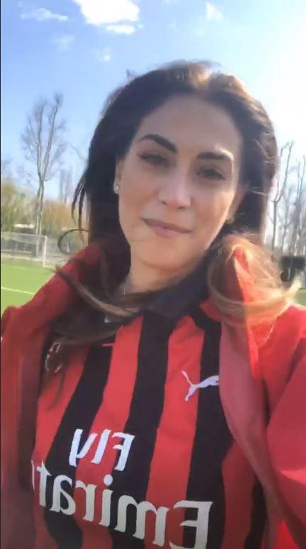 Melissa Satta veste la maglia del Milan e fa goal