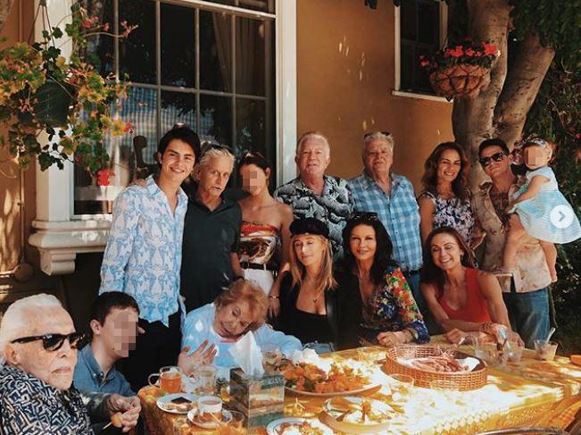 Kirk Douglas, 102 anni, e l'epica foto di famiglia con figli e nipoti