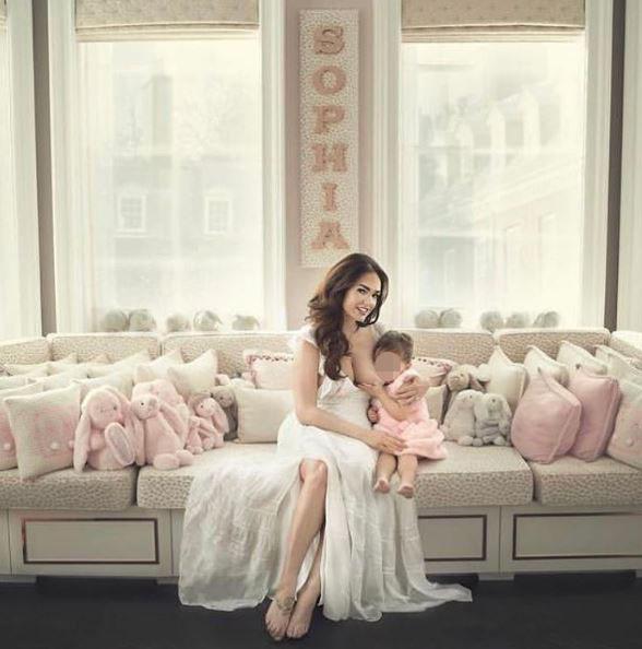 Tamara Ecclestone, allattamento al seno per la figlia di 2 anni