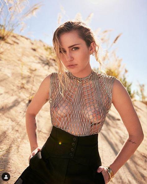 Miley Cyrus è in fiamme e regala un nuovo topless su Instagram