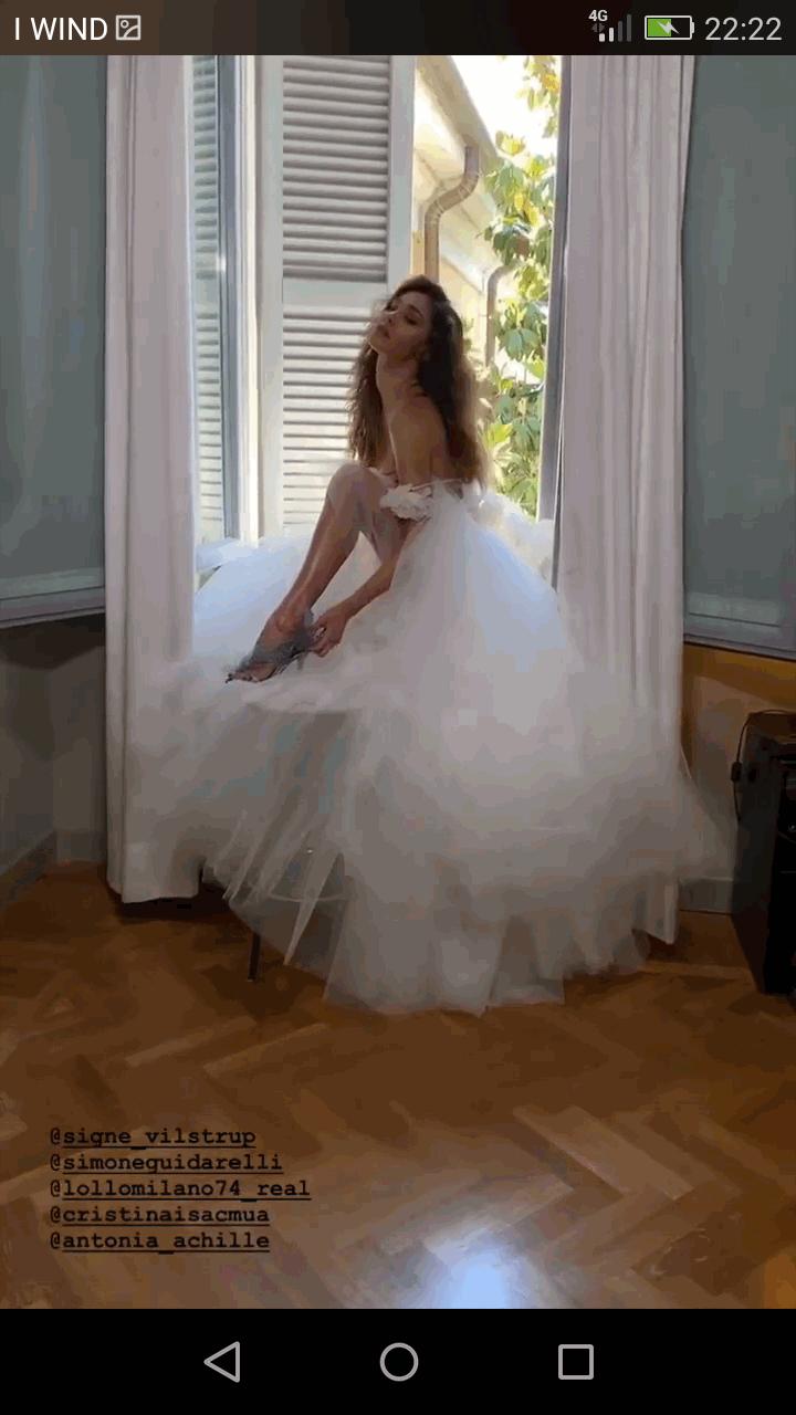 Belen e Stefano, spuntano le foto con l abito bianco