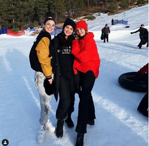 Selena Gomez, dopo il trapianto e il crollo emotivo torna a sorridere: sulla neve con le amiche