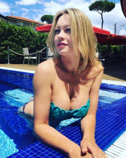 Anna Falchi, nuovi orizzonti: è in topless in Sardegna