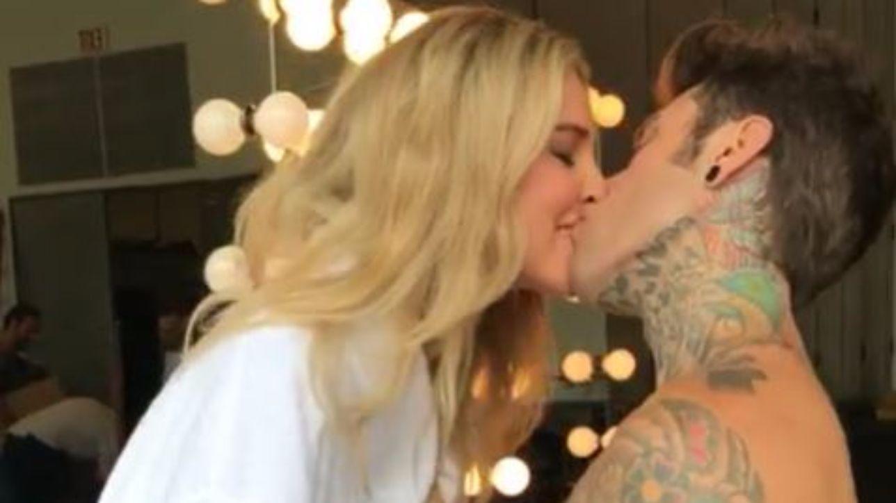 Fedez e Ferragni, baci focosi e nudità a vista