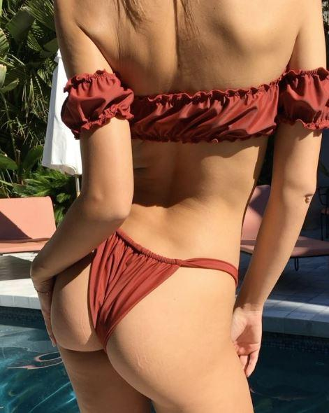 Emily Ratajkowski, super hot a bordo piscina