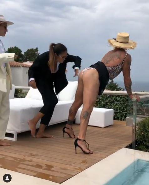 Gianluca Vacchi con i tacchi a spillo si fa sculacciare dalla fidanzata